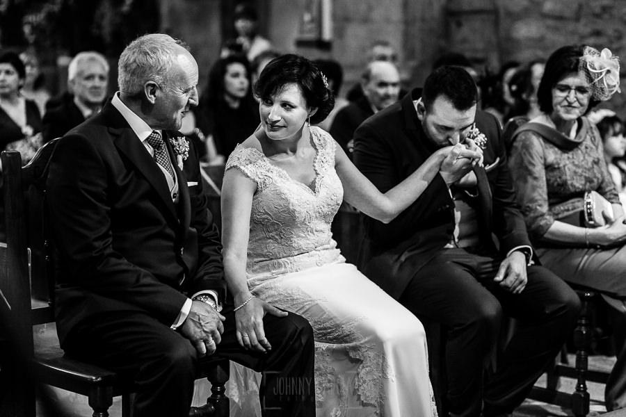Boda en La Alberca de Sonia y Juanjo realizada por el fotógrafo de bodas en Salamanca Johnny García. Juanjo besa la mano de Sonia.