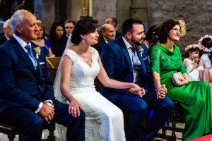 Boda en La Alberca de Sonia y Juanjo realizada por el fotógrafo de bodas en Salamanca Johnny García. Los novios y los padres unidos en un apretón de manos.