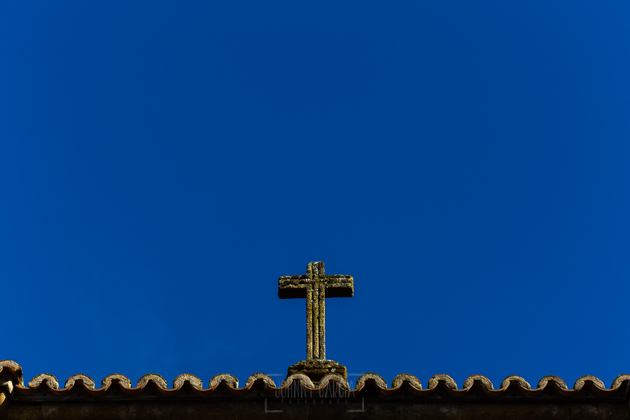 Boda en La Alberca de Sonia y Juanjo realizada por el fotógrafo de bodas en Salamanca Johnny García. Detalle de la fachada de la iglesia de La Alberca.