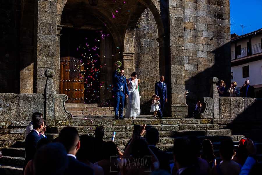 Boda en La Alberca de Sonia y Juanjo realizada por el fotógrafo de bodas en Salamanca Johnny García. Los novios salen de la iglesia.