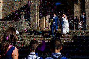 Boda en La Alberca de Sonia y Juanjo realizada por el fotógrafo de bodas en Salamanca Johnny García. Los invitados tiran arroz a los novios.