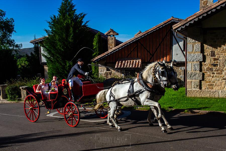 Boda en La Alberca de Sonia y Juanjo realizada por el fotógrafo de bodas en Salamanca Johnny García. Los novios en calesa llegando a la Abadía de los Templarios.