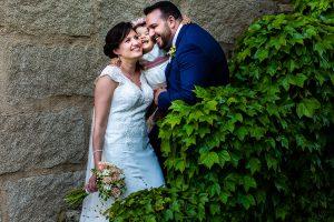 Boda en La Alberca de Sonia y Juanjo realizada por el fotógrafo de bodas en Salamanca Johnny García. Un retrato de los novios con Carmen, su hija.