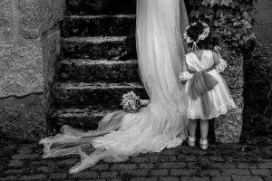 Boda en La Alberca de Sonia y Juanjo realizada por el fotógrafo de bodas en Salamanca Johnny García. Carmen de espaldas.