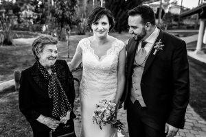 Boda en La Alberca de Sonia y Juanjo realizada por el fotógrafo de bodas en Salamanca Johnny García. Los novios junto a un familiar.
