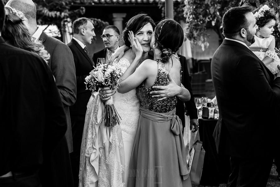 Boda en La Alberca de Sonia y Juanjo realizada por el fotógrafo de bodas en Salamanca Johnny García. Sonia recibiendo la enhorabuena.