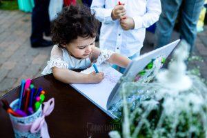 Boda en La Alberca de Sonia y Juanjo realizada por el fotógrafo de bodas en Salamanca Johnny García. Carmen firmando en un libro de los novios.