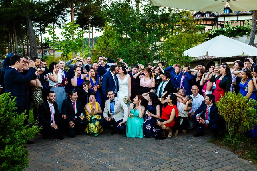 Boda en La Alberca de Sonia y Juanjo realizada por el fotógrafo de bodas en Salamanca Johnny García. Retrato de todos los amigos de los novios.