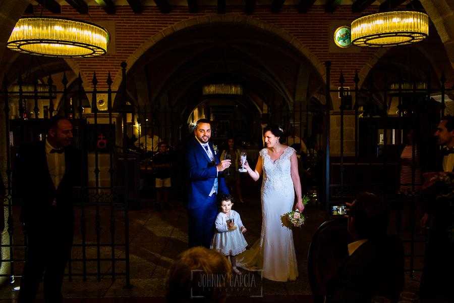Boda en La Alberca de Sonia y Juanjo realizada por el fotógrafo de bodas en Salamanca Johnny García. Los novios brindan a la entrada del banquete.