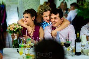 Boda en La Alberca de Sonia y Juanjo realizada por el fotógrafo de bodas en Salamanca Johnny García. La pareja que recibe el ramo de la novia.