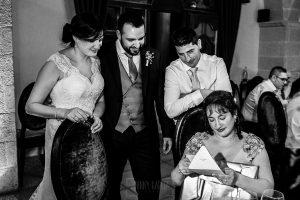 Boda en La Alberca de Sonia y Juanjo realizada por el fotógrafo de bodas en Salamanca Johnny García. La hermana de Sonia recibe un regalo de los novios.