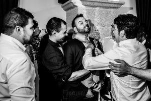 Boda en La Alberca de Sonia y Juanjo realizada por el fotógrafo de bodas en Salamanca Johnny García. A Juanjo le cortan la corbata.