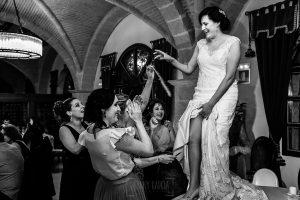 Boda en La Alberca de Sonia y Juanjo realizada por el fotógrafo de bodas en Salamanca Johnny García. A Sonia le cortan la liga de novia.