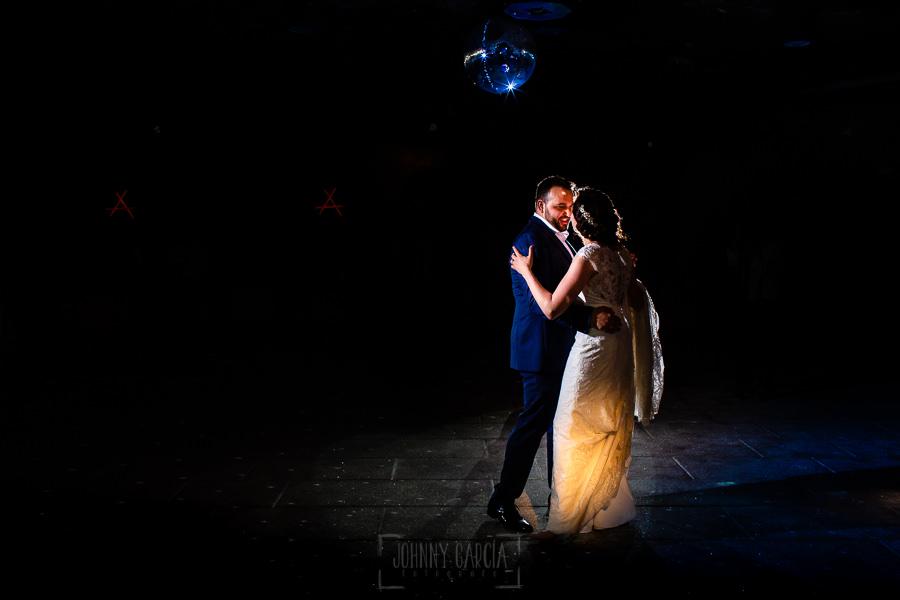 Boda en La Alberca de Sonia y Juanjo realizada por el fotógrafo de bodas en Salamanca Johnny García. Sonia y Juanjo bailan.