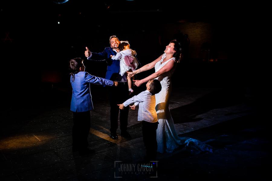 Boda en La Alberca de Sonia y Juanjo realizada por el fotógrafo de bodas en Salamanca Johnny García. Juanjo y Sonia bailan con los más pequeños.