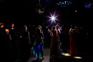 Boda en La Alberca de Sonia y Juanjo realizada por el fotógrafo de bodas en Salamanca Johnny García. Vista general del baile.