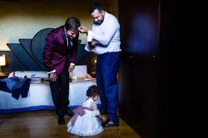 Boda en La Alberca de Sonia y Juanjo realizada por el fotógrafo de bodas en Salamanca Johnny García. Carmen intenta atar los cordones de los zapatos del novio.