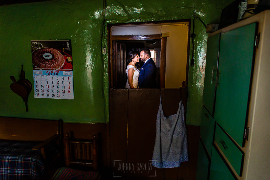 Boda en La Alberca de Sonia y Juanjo realizada por el fotógrafo de bodas en Salamanca Johnny García. Foto de la sesión de postboda en casa de la abuela.