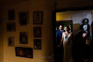 Boda en La Alberca de Sonia y Juanjo realizada por el fotógrafo de bodas en Salamanca Johnny García. Foto de la sesión de postboda en la casa de la abuela en El Cerro.