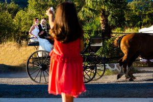 Boda en Béjar de Vanessa y Jorge realizada por Johnny García, fotógrafo de bodas en Béjar. Los novios llegan al convite en calesa.