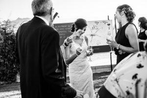 Boda en Béjar de Vanessa y Jorge realizada por Johnny García, fotógrafo de bodas en Béjar. la novia junto a unos invitados.