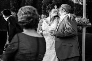 Boda en Béjar de Vanessa y Jorge realizada por Johnny García, fotógrafo de bodas en Béjar. La novia besa a un familiar.