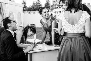 Boda en Béjar de Vanessa y Jorge realizada por Johnny García, fotógrafo de bodas en Béjar. Invitados dedicandol unas palabras a los novios en su libro de firmas.