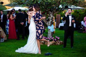 Boda en Béjar de Vanessa y Jorge realizada por Johnny García, fotógrafo de bodas en Béjar. La novia se abraza a una invitada.