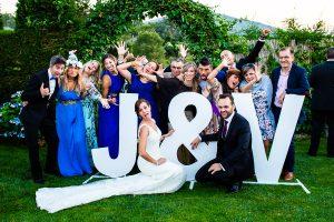 Boda en Béjar de Vanessa y Jorge realizada por Johnny García, fotógrafo de bodas en Béjar. Foto divertida de grupo.