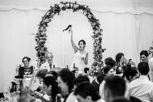 Boda en Béjar de Vanessa y Jorge realizada por Johnny García, fotógrafo de bodas en Béjar. La novia saluda a los invitados en la cena.