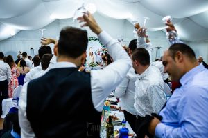Boda en Béjar de Vanessa y Jorge realizada por Johnny García, fotógrafo de bodas en Béjar. Tradición de los novios con unas copas.