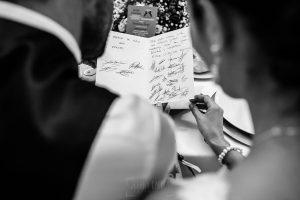 Boda en Béjar de Vanessa y Jorge realizada por Johnny García, fotógrafo de bodas en Béjar. Los novios leen una dedicatoria de los amigos.