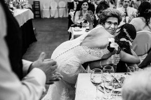 Boda en Béjar de Vanessa y Jorge realizada por Johnny García, fotógrafo de bodas en Béjar. La novia da un ramo a su abuela materna.