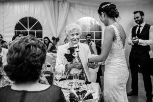 Boda en Béjar de Vanessa y Jorge realizada por Johnny García, fotógrafo de bodas en Béjar. La novia regala un ramo a su abuela paterna.
