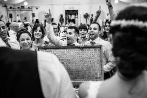 Boda en Béjar de Vanessa y Jorge realizada por Johnny García, fotógrafo de bodas en Béjar. Un grupo de amigos les dan un regalo a los novios.