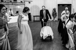 Boda en Béjar de Vanessa y Jorge realizada por Johnny García, fotógrafo de bodas en Béjar. El cuñado le lleva un regalo a la pareja.