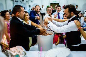 Boda en Béjar de Vanessa y Jorge realizada por Johnny García, fotógrafo de bodas en Béjar. Los novios junto al regalo de los cuñados.