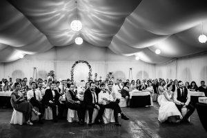 Boda en Béjar de Vanessa y Jorge realizada por Johnny García, fotógrafo de bodas en Béjar. Los novios e invitados ven un video sobre ellos.