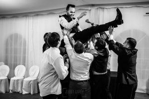 Boda en Béjar de Vanessa y Jorge realizada por Johnny García, fotógrafo de bodas en Béjar. Manteo al novio.