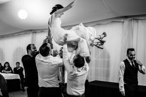 Boda en Béjar de Vanessa y Jorge realizada por Johnny García, fotógrafo de bodas en Béjar. Manteo a la novia.