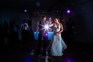 Boda en Béjar de Vanessa y Jorge realizada por Johnny García, fotógrafo de bodas en Béjar. Lon novios bailan delante de sus invitados.