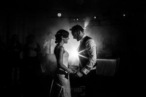 Boda en Béjar de Vanessa y Jorge realizada por Johnny García, fotógrafo de bodas en Béjar. Los novios bailan junto a los invitados.