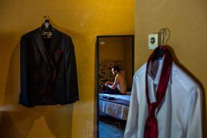 Boda en Béjar de Vanessa y Jorge realizada por Johnny García, fotógrafo de bodas en Béjar. Jorge se empieza a preparar.