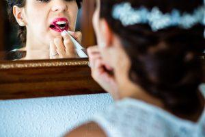 Boda en Béjar de Vanessa y Jorge realizada por Johnny García, fotógrafo de bodas en Béjar. la novia se pinta los labios.