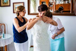 Boda en Béjar de Vanessa y Jorge realizada por Johnny García, fotógrafo de bodas en Béjar. Vanesa con la ayuda de su madre y su abuela se prepara.