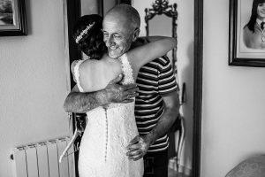 Boda en Béjar de Vanessa y Jorge realizada por Johnny García, fotógrafo de bodas en Béjar. El padre abraza a la novia.