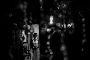 Boda en Béjar de Vanessa y Jorge realizada por Johnny García, fotógrafo de bodas en Béjar. Vanessa a través de una lámpara.