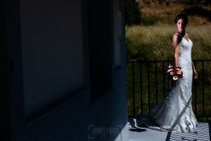 Boda en Béjar de Vanessa y Jorge realizada por Johnny García, fotógrafo de bodas en Béjar. La novia en el exterior de su casa.