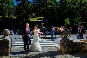 Boda en Béjar de Vanessa y Jorge realizada por Johnny García, fotógrafo de bodas en Béjar. La novia llega del brazo de su padre.