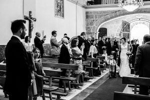 Boda en Béjar de Vanessa y Jorge realizada por Johnny García, fotógrafo de bodas en Béjar. La novia se aproxima al altar.